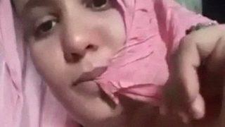 इंडियन आंटी ने अपने नरम दूध के साथ खेला